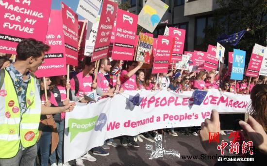 近70万人参加伦敦脱欧示威游行队伍长_英国-示威-游行-