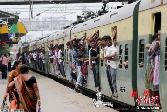 印度女婴落入车站月台间隙列车驶过奇迹_毫发-月台-女婴-