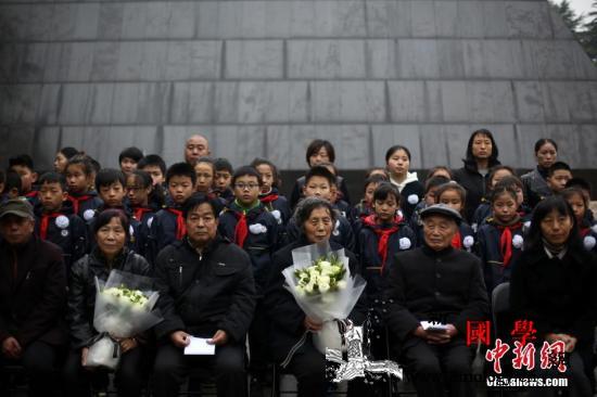 南京大屠杀死难者遗属诵家书祭亲人_金城-敬香-遗属-