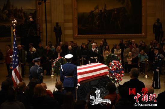 """老布什国葬仪式在美举行小布什赞其""""接_国葬-灵柩-悼词-"""