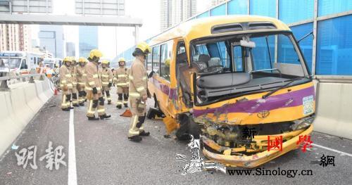 香港一辆校巴疑因切线撞上石墩致车上9_观塘-损毁-香港-