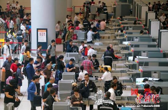 香港高铁乘客量22日破9.3万港人乘_出入境-香港-出境-