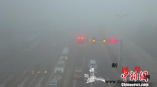 江苏发布今年首个大雾红警多地能见度小_雾灯-江苏-图为-