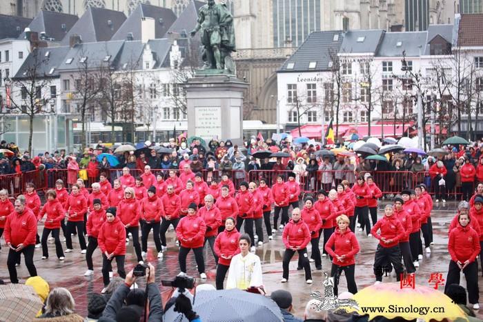"""第4届""""欢乐春节""""盛装巡游在比利时安_伊丽莎白-巡游-华侨-民众-"""
