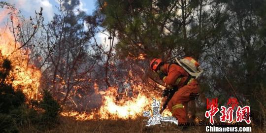 云南大理海东森林火灾得有效控制部分地_烟点-火场-扑救-