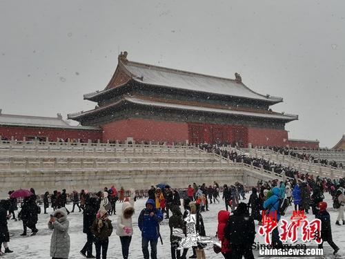 游客扎堆故宫赏雪景天灯万寿灯成拍照_故宫-清宫-雪景-观众-