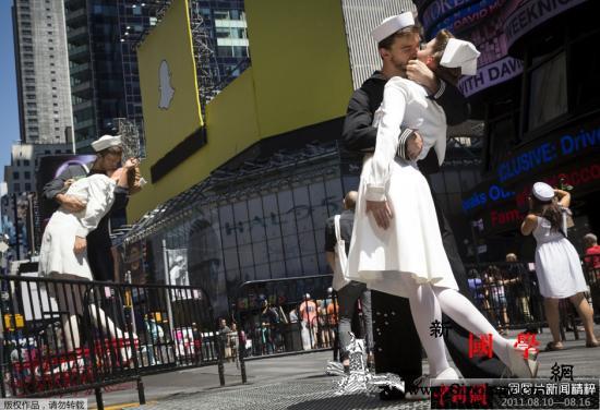 """二战著名照片""""胜利之吻""""男主角辞世享_水兵-接吻-胜利-"""