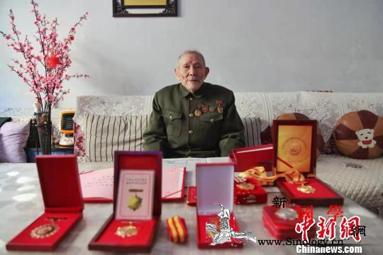 91岁抗战老兵:过着甜日子也不能忘了_和他-奖章-参军-