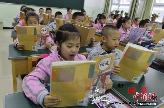 小学一年级书包超6斤媒体:课业减负先_减负-课本-书包-