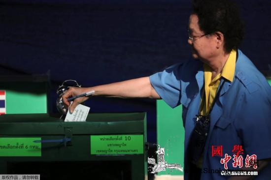 泰国选民投票热情高:投票站排长队老人_曼谷-泰国-选民-