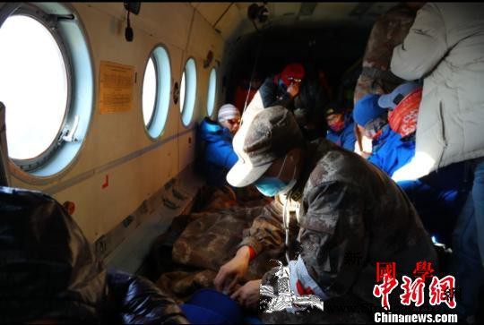 新疆军区某陆航旅高海拔紧急救援10名_悬停-直升机-被困-
