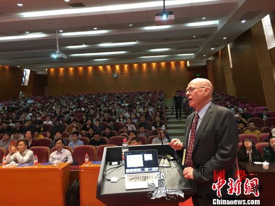 诺奖得主做客上海交大:喜爱中国文化、_巴里-诺贝尔-莱斯-卡尔-