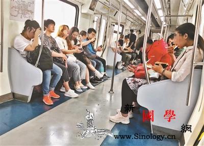 地铁禁食首日仍有乘客大嚼关东煮_进食-乘车-乘客-