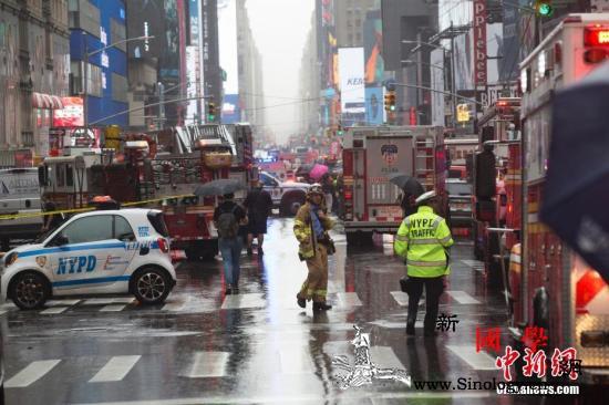 美纽约一直升机在楼顶坠毁致1死民众受_纽约市-曼哈顿-纽约-