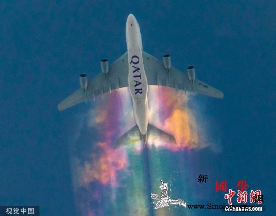 一架飞机在空中留下彩虹尾巴摄影师捕捉_卡塔尔-彩虹-尼克-