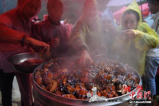 大闸蟹泛滥比利时考虑将其送回中国人_欧洲-螃蟹-挖洞-