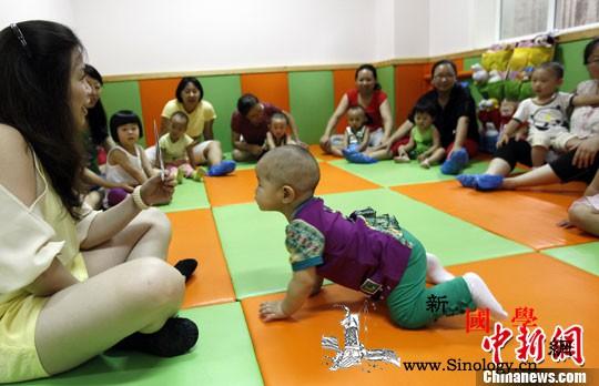 中国发力养育痛点难题促进人口均衡发展_照护-养育-均衡-