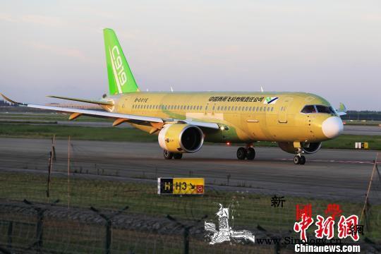 中国商飞C919大型客机104架机成_上海浦东-客机-跑道-