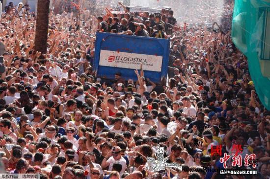 """""""西红柿大战""""染红西班牙小镇2万人街_瓦伦西亚-西班牙-狂欢节-"""