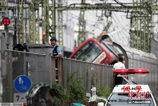 日本横滨电车与卡车相撞后脱轨已致1人_脱轨-相撞-卡车-