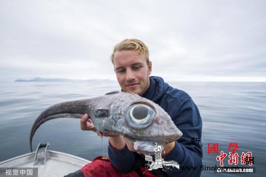 挪威男子钓到深海怪鱼双眼奇大宛如外星_挪威-奥斯卡-达尔-