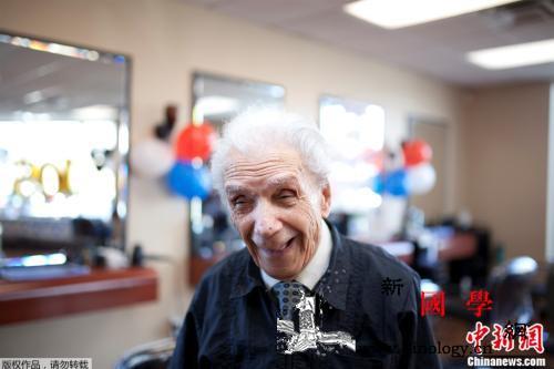 一家四代都找他剪发!世界最高龄理发师_理发师-吉尼斯世界纪录-纽约州-