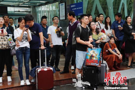 """""""十一""""黄金周首日全国铁路迎来客流高_旅客-上海站-目的地-"""