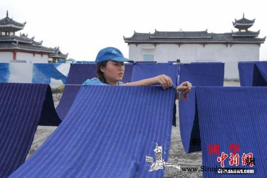 中国减贫70年:8亿多人口脱贫谱写人_贵州省-蜡染-脱贫-