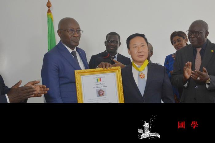 塞内加尔政府向驻塞使馆文化参赞授勋_阿卜杜拉-塞内加尔-参赞-勋章-