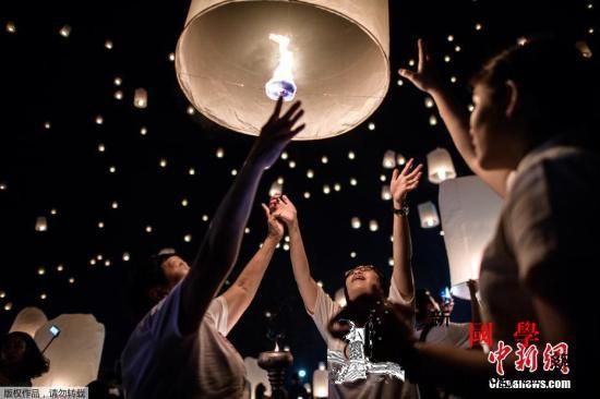 泰国水灯节:现代声光科技再现古老素可_孔明灯-灯节-泰国-