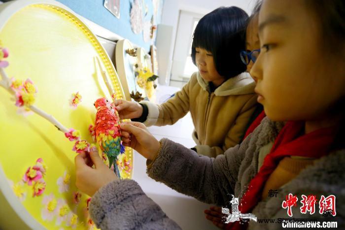 立体纸雕走入兰州学生课堂:学传统技艺_剪纸-图为-涂色-
