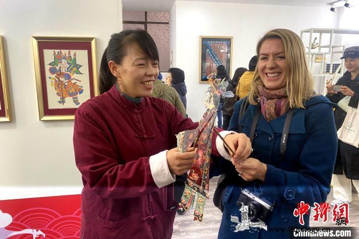 外媒记者走进西安感受中国传统文化_遗文-碑林-西安-