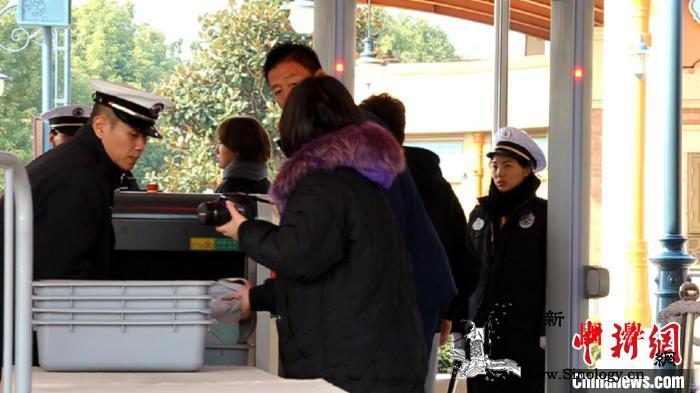 上海迪士尼再次优化安检流程采用X光机_指示牌-迪士尼-上海-