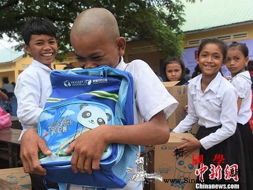 """中国扶贫基金会在柬发放""""爱心包裹""""三_金边-柬埔寨-扶贫-"""