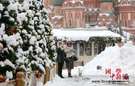莫斯科迎百年不遇暖冬运人造雪营造跨年_莫斯科-站在-俄罗斯-