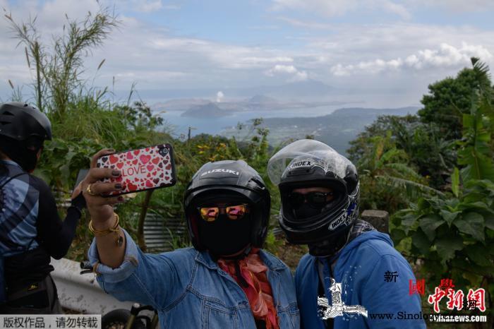 """菲律宾火山成新""""打卡地""""民众包裹严实_法新社-菲律宾-阿尔-"""