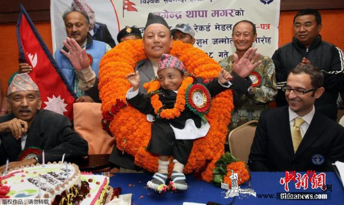 世界最矮男子去世终年27岁生前饱受病_尼泊尔-吉尼斯世界纪录-画中画-