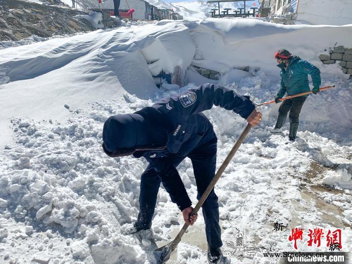 中尼边境聂拉木县遭遇3天强降雪西藏警_聂拉木县-降雪-积雪-