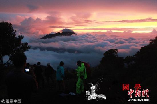 印度尼西亚默拉皮火山喷发致梭罗机场暂_拉皮-印度尼西亚-火山灰-