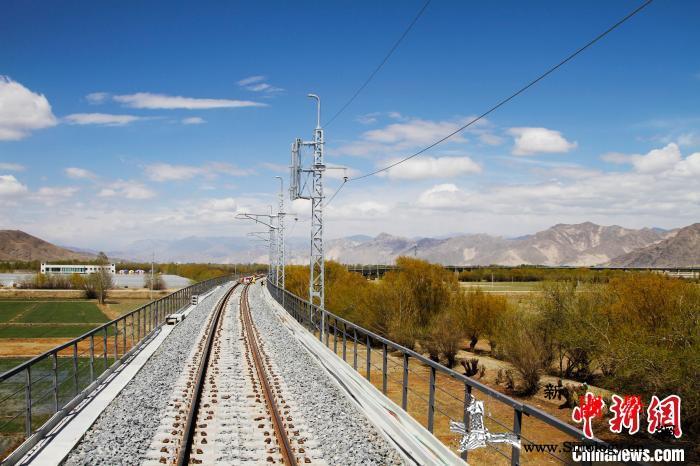 拉林铁路首次500米长钢轨焊接距离通_钢轨-画中画-图为-