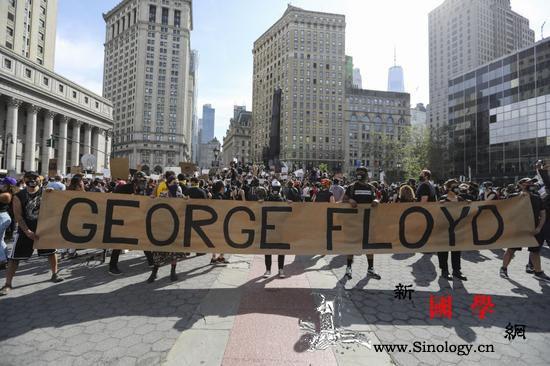 纽约民众抗议警察粗暴执法致非裔男子死_抗议者-纽约-弗洛伊德-