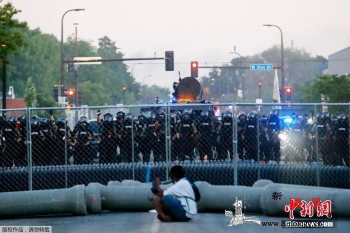 美国一油罐车冲撞示威队伍司机遭游行者_明尼苏达州-油罐车-美国-
