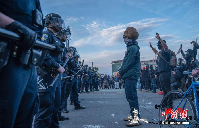 """美国""""被侮辱的一代""""诉诸暴力种族主_抗议者-美国-弗洛伊德-"""