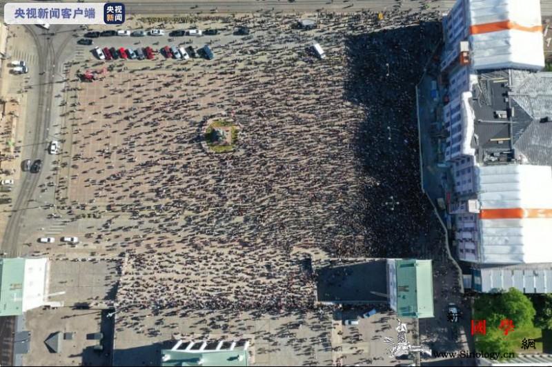芬兰民众在赫尔辛基参议院广场举行反种_赫尔辛基-芬兰-种族主义-