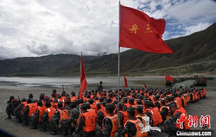 端午佳节:驻藏官兵迎来横跨雅江赛龙舟_雅鲁藏布-舟桥-西藏-