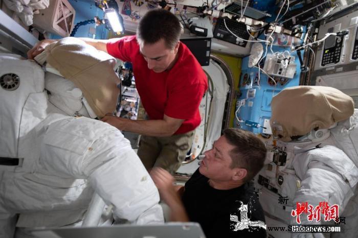 美宇航员出舱更换国际空间站电池升级电_宇航员-空间站-罗伯特-