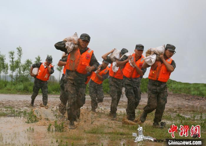 陆军第83集团军某旅开展抗洪抢险演练_子堤-浮桥-防汛- ()