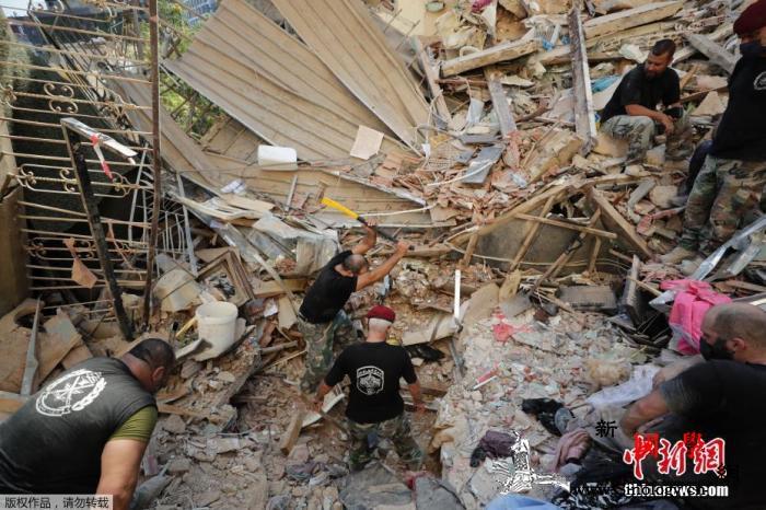 一个微笑也能帮上忙!爆炸后黎巴嫩青年_贝鲁特-黎巴嫩-港口-