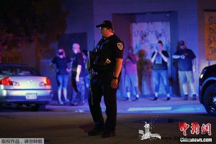 美威州发布警察gunqiang击非裔_基诺-布莱克-抗议者-