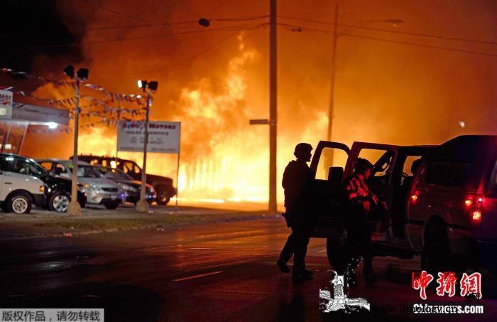 美威州gunqiang击案17岁嫌犯_基诺-抗议者-伊利诺伊州-